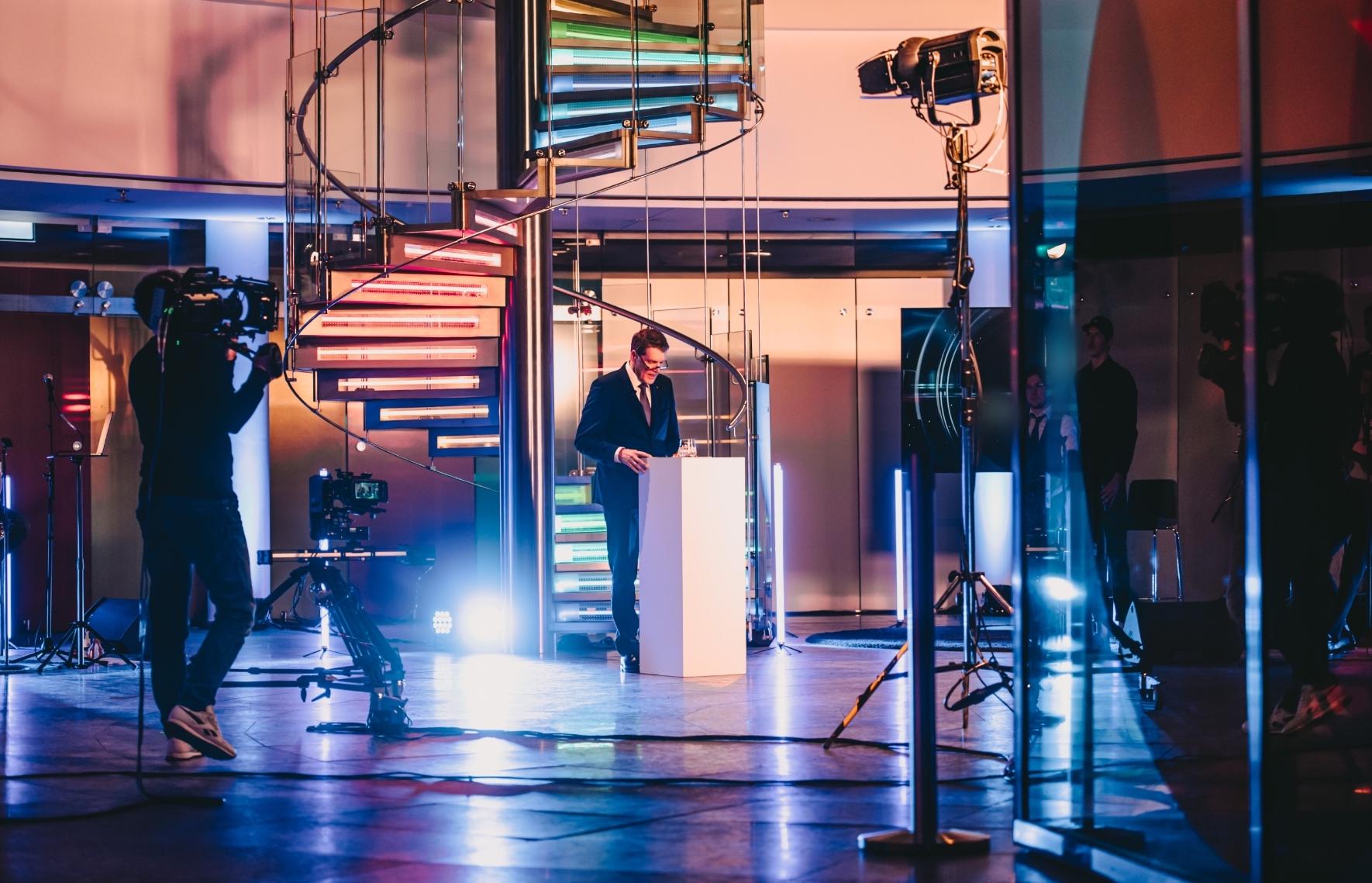 TMP_Veranstaltungstechnik_Corporate_Digitalevent_Livestream_Kameramann_Speaker_Treppe_Braunschweig